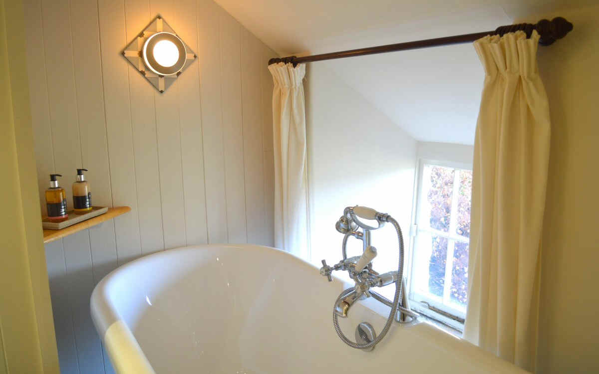 Benar Cottages - Benar Bach - roll top bath